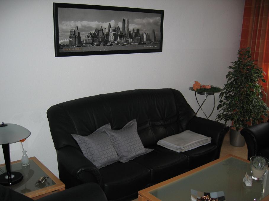 Taupe farbe graue wand mit weiem sofa leuchtender designer - Welche farbe fa r wohnzimmer ...