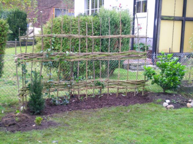 Grundger st im garten ideen mit str uchern flechtwerk for Gartengestaltung zum nachbarn