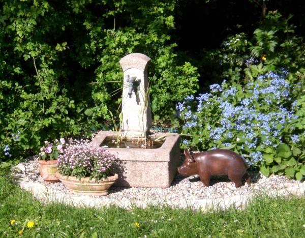 Fantastisch Hallo Floristin, Das Ist Unser (allerdings Gekaufter) Granitbrunnen. Er  Wurde Auf Ein Kiesbett Gesetzt, Die Mit Einer Reihe Natursteinen Ummauert  Ist.
