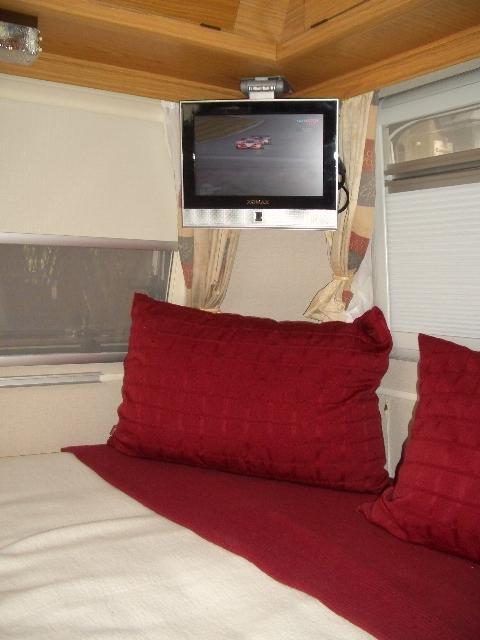 gem tlich kleiderschrank tv halterung zeitgen ssisch die kinderzimmer design ideen. Black Bedroom Furniture Sets. Home Design Ideas