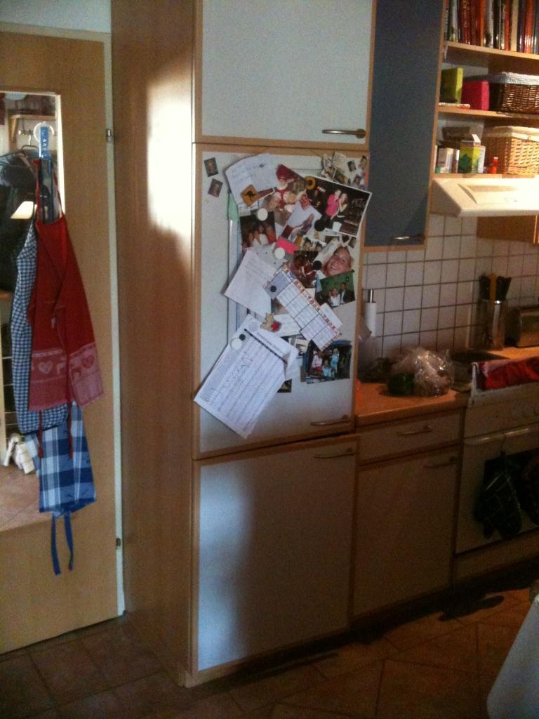 Wie ist so ein küchenschrank fixiert?