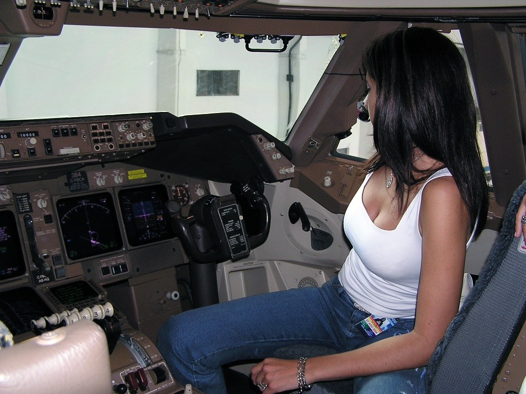 golaya-styuardessa-v-kabine-pilota