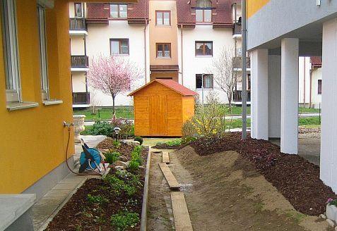 Im kleingarten mittig gro e steine versch nerung der - Holzabtrennung garten ...