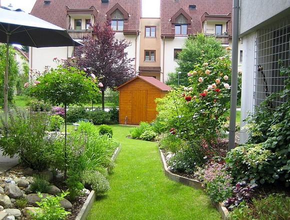 Im kleingarten mittig gro e steine versch nerung der for Kleingarten gestaltungsideen