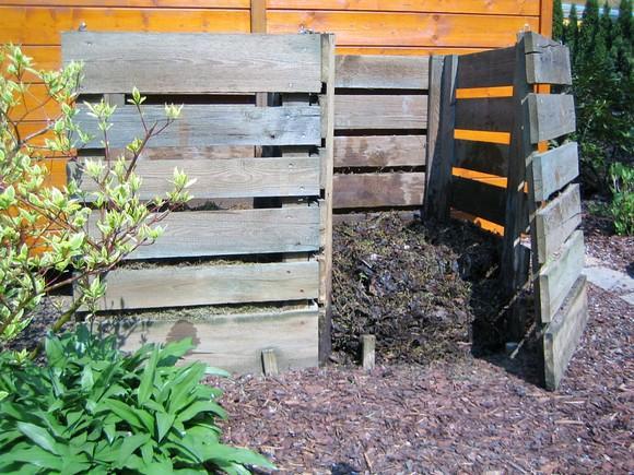 Durchwurfsieb Selber Bauen erde sieben garten holzrandsieb 42 cm bei komposthaufen sieben compost pile sieve 01 stockfoto