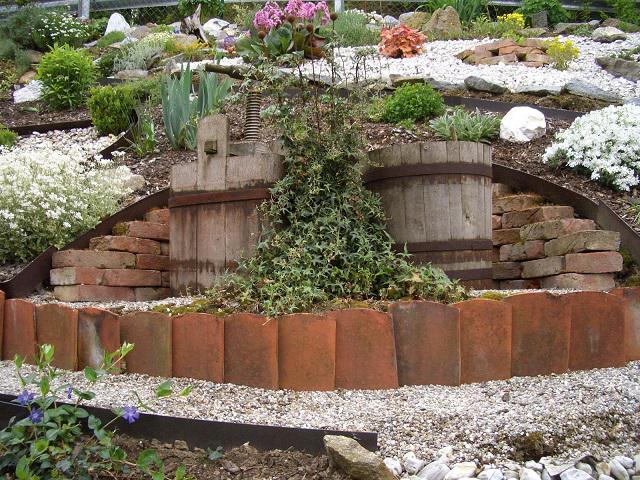 Aw backsteine als trockenmauer und brunnen wer for Gartengestaltung umrandung