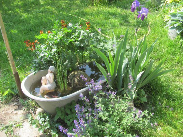 Badewanne im garten whirlpool badewanne im garten for Gartengestaltung zinkwanne