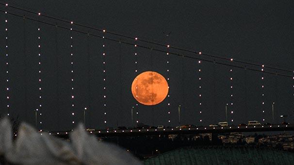 """2021'e kadar son """"kanlı ay"""" tutulması bu gece: Nerden, nasıl izleyebilirsiniz?"""