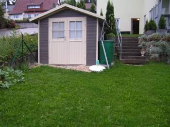 Kleiner Sitzplatz vor Gartenhaus - Mini-Terrasse neu ...